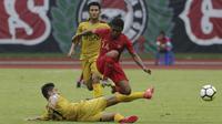 Pemain Timnas Indonesia U-22, Billy Keraf, menghindari tekel saat melawan Bhayangkara FC pada laga uji coba di Stadion Patriot, Bekasi, Rabu (6/2). Keduanya bermain imbang 2-2. (Bola.com/Yoppy Renato)