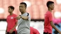 Pelatih Singapura, Fandi Ahmad, saat menggelar sesi latihan jelang laga Piala AFF di Stadion Nasional Singapura, Kamis (8/11). Singapura akan melawan Indonesia. (Bola.com/M Iqbal Ichsan)