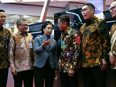 Menteri BUMN Rini M Soemarno berbincang dengan jajaran Direksi BUMN pada pencatatan perdana Efek Beragun Aset Mandiri GIAA01 di gedung Bursa Efek Indonesia, Jakarta, Selasa (31/7). (Liputan6.com/HO/Iqbal)