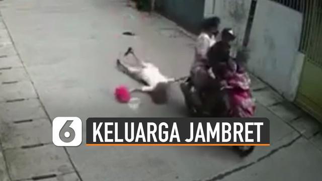 Terekam kamera cctv pria ajak anak dan istri naik motor dan menjambret seorang ibu-ibu di jalan.
