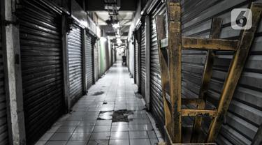 Suasana lorong Pasar Pramuka yang tutup sementara di Jakarta Timur, Minggu (12/7/2020). Aktivitas perdagangan di Pasar Pramuka dihentikan selama tiga hari, mulai dari Sabtu (11/7) hingga Senin (13/7) setelah satu orang pedagang terkonfirmasi positif Covid-19. (merdeka.com/Iqbal Nugroho)
