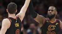 LeBron James (23) merayakan kemenangan bersama rekannya Kevin Love (0) usai melawan Chicago Bulls pada laga NBA basketball game di Quicken Loans Arena, Cleveland, (21/12/2017). Cleveland menang 115-112. (AP/Tony Dejak)