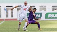 Pemain PSM Makassar, Anco Jansen (kiri) berebut bola dengan pemain Persik Kediri, Ibrahim Sanjaya dalam laga pekan ke-4 BRI Liga 1 2021/2022 di Stadion Wibawa Mukti, Cikarang, Kamis (23/9/2021). PSM menang 3-2. (Bola.com/M Iqbal Ichsan)