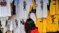 Kaus dengan gambar Calon Presiden Brasil, Jair Bolsonaro dari sayap kanan dijajakan di sebuah toko pinggir jalan yang populer di pusat kota Sao Paulo, 8 Oktober 2018. September lalu, Bolsonaro dirawat setelah ditusuk ketika kampanye. (AFP/NELSON ALMEIDA)