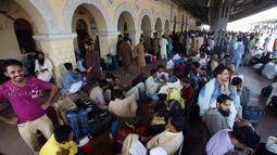 Orang-orang menunggu kereta untuk kembali ke kota asal mereka untuk liburan Idul Fitri di stasiun kereta api di Karachi, Pakistan (2/6/2019). Idul Fitri menandai akhir bulan suci Ramadan. (AP Photo/Fareed Khan)