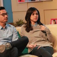 Nycta Gina dan Rizky Kinos saat syuting sebuah program televisi. (M. Akrom Sukarya/Bintang.com)