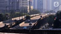 Kendaraan melintas di kawasan Jakarta, Selasa (27/7/2021). Pemprov DKI Jakarta memperpanjang PPKM Darurat menjadi PPKM Level 4 hingga 2 Agustus 2021. (Liputan6.com/Angga Yuniar)