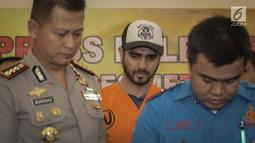 Fachri Albar dihadirkan saat gelar rilis di Polres Jakarta Selatan, Rabu (14/2). Fachri Albar ditangkap di kediamannya di kawasan Cireundeu. Fachri ditangkap pagi tadi, sekitar pukul 07.00 WIB. (Liputan6.com/Faizal Fanani)