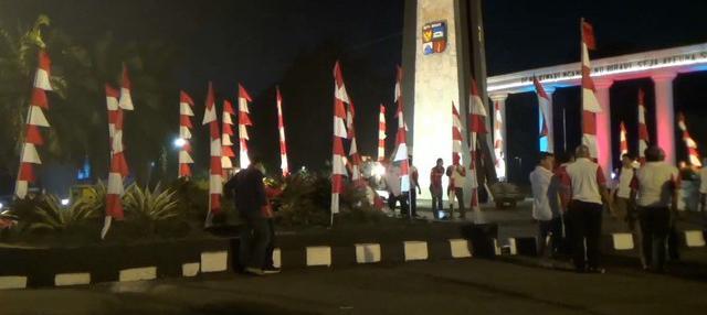 Sebanyak 17845 umbul umbul bendera merah putih dipasang di sejumlah sudut jalanan protokol di wilayah Bogor, dalam menyambut bulan kemerdekaan dan pelaksanaan Asian Games. pemasangan ini dimaksudkan sebagai simbol membangkitkan kembali rasa cinta tan...