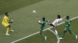 Proses terjadinya gol yang dicetak gelandang Mesir, Mohamed Salah, ke gawang Arab Saudi pada laga grup A Piala Dunia di Volgograd Arena, Volgograd, Senin (25/6/2018). Arab Saudi menang 2-1 atas Mesir. (AP/Darko Vojinovic)