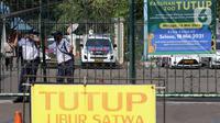 Petugas keamanan berjaga di gerbang masuk kawasan wisata Kebun Binatang Ragunan, Jakarta, Minggu (16/5/2021). Sejumlah kawasan wisata di DKI Jakarta ditutup sementara untuk umum hingga 18 Mei 2021 untuk pemberlakukan penguatan protokol kesehatan COVID-19. (Liputan6.com/Helmi Fithriansyah)