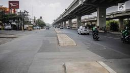 Kendaraan melintas dekat trotoar yang berada di tengah jalan di kawasan Kalimalang, Senin (16/9/2019). Trotoar terkait proyek pembangunan Tol Becakayu tersebut dinilai dapat mengganggu pengendara motor dan berbahaya bagi pengguna jalan kaki. (Liputan6.com/Faizal Fanani)