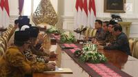 Suasana pertemuan Presiden Joko Widodo dengan pengurus Lembaga Persahabatan Organisasi Kemasyarakatan Islam (LPOI) di Istana Merdeka, Jakarta, Selasa (22/1). LPOI mendoakan Jokowi kembali terpilih menjadi Presiden Indonesia. (Liputan6.com/Angga Yuniar)