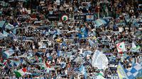 Ribuan suporter Lazio saat mendukung timnya melawan AC Milan pada lanjutan Liga Serie A Italia di stadion Olimpiade Roma, (10/9). Lazio menang atas AC Milan 4-1. (AP Photo/Alessandra Tarantino)