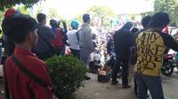 Pardi penjual manisan mereguk keuntungan dari aksi demo buruh. (Liputan6.com/Eka Hakim)