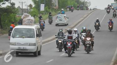 Sejumlah pemudik mengendarai kendaraannya di jalur Cikampek, Jawa Barat, Minggu (3/7). H-3 jelang Lebaran jalur Cikampek menuju Cirebon terlihat sepi. (Liputan6.com/Gempur M Surya)