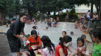 Puluhan pengunjung berada di kolam pemandian air panas sidebu-debu kawasan gunung Sibayak Kab. Karo, Sumut. (Antara)
