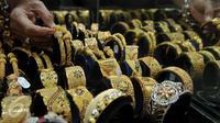 Pedagang memperlihatkan perhiasan emas di sebuah toko Kawasan Cikini, Jakarta, Kamis (3/9/2015). Harga emas milik PT Aneka Tambang Tbk (Antam) hari ini terpantau bergerak stabil di posisi Rp560 ribu per gram. (Liputan6.com/Johan Tallo)