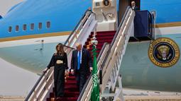 Presiden AS Donald Trump didampingi Melania Trump turun dari pesawat Air Force One saat tiba di Bandara Internasional Raja Khalid di Riyadh (20/5). (AFP Photo/Mandel Ngan)
