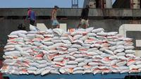 Tumpukan karung beras asal Vietnam di Pelabuhan Tanjung Priok, Jakarta, Kamis (12/11). Beras impor sebanyak 27 ribu ton tersebut direncanakan pemerintah untuk menjaga kestabilan persediaan beras nasional. (Liputan6.com/Angga Yuniar)