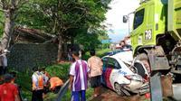 Mobil Patroli Korlantas Polri Dan Personilnya Jadi Korban Tabrakan Beruntun Di Tol Tangerang-Merak (Tamer). (Minggu, 01/11/2020). (Yandhi Deslatama/Liputan6.com)