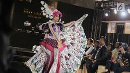 Finalis Kalimantan Utara, Gabrielle A. menampilkan bakat dalam balutan busana tradisional dari daerahnya saat babak preliminary Miss Grand Indonesia 2018 di Jakarta, Senin (16/7). Sebanyak 30 finalis mencapai babak preliminary (Liputan6.com/Faizal Fanani)