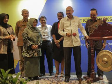 Kepala BPPT Hammam Riza memukul gong sebagai tanda telah dimulai pembukaan proyek peluncuran inisiatif pembatasan penggunaan merkuri di Indonesia di Jakarta, Selasa (26/3). (Liputan6.com/Faizal Fanani)