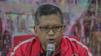 Sekjen PDIP Hasto Kristiyanto saat mengumumkan hasil pemilihan presiden 2019 dan legislatif di kantor DPP PDIP, Jakarta Pusat, Senin (22/4). Dari penghitungan sementara tersebut, PDI Perjuangan unggul dengan 19,93%, Partai Golkar 13,62%, lalu Partai Gerindra 11,49%. (Liputan6.com/Faizal Fanani)