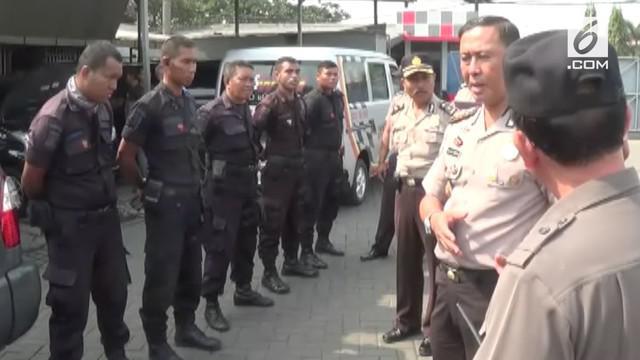 Polda Jatim memergoki seragam Satpam sebuah bengkel mobil meyalahi aturan, karena menyalahi aturan dan mirip dengan seragam anggota Brimob