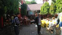 Petugas masih membersihkan sampah dan lumpur bekas banjir yang menerjang SDN 106 Ajitunggal Cijambe, Kamis (4/4/2019). (Mildan Abdalloh/ayobandung)