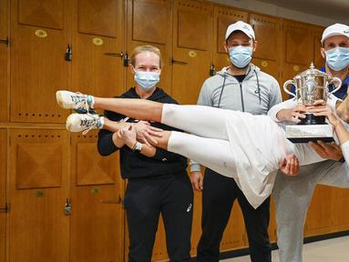 Petenis Polandia, Iga Swiatek, berpose dengan trofi usai menjuarai Grand Slam Prancis Terbuka di Paris, Sabtu, Sabtu (10/10/2020). Petenis berusia 19 tahun itu menaklukkan wakil Amerika Serikat, Sofia Kenin, dua set langsung 6-4 dan 6-1. (FFT/Corinne Dubreuil via AP)