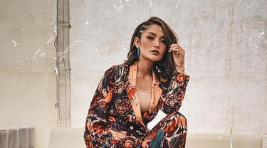 Sebelum namanya dikenal publik, Siti Badriah terbiasa berpenampilan sederhana. Namun, seiring dengan kariernya yang semakin sukses, Sibad kini telah menjelma menjadi pedangdut dengan gaya cetar dan memesona. Istri dari Krisjiana itu pun kerap mengunggah foto OOTD-nya. (Liputan6.com/IG/@sitibadriahh)