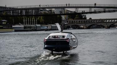 """Kendaraan Sea Bubble alias """"taksi terbang"""" berlayar di sungai Seine selama percobaan di Paris, Senin (16/9/2019). Wujud transportasi laut berbeda dari kapal konvensional pada umumnya, karena kapal canggih ini melayang di atas air. (Photo by Martin BUREAU / AFP)"""