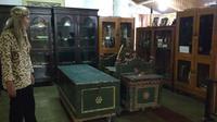 Sejumlah koleksi benda kuno tersimpan di salah satu ruangan dalem Keraton Kacirebonan diubah menjadi museum. Foto (Liputan6.com / Panji Prayitno)