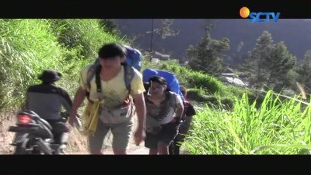 Hampir satu bulan Gunung Merapi berstatus waspada karena aktivitas vulkanik Gunung Merapi masih tinggi, sehingga para pendaki beralih ke puncak Gunung Merbabu.