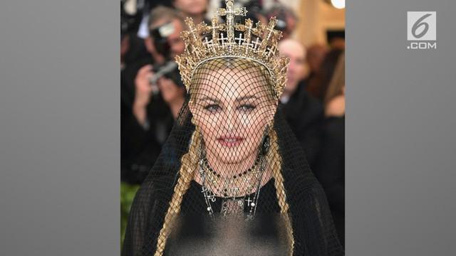 Madonna memilih mengenakan headpiece karya desainer Indonesia, Rinaldy Yunardi di Met Gala 2018.