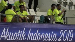 Staff official merekam video saat Festival Akuatik Indonesia 2019 di Aquatic Center, Gelora Bung Karno, Jakarta, Kamis (25/4). FAI 2019 menjadi ajang untuk menyeleksi atlet jelang Olimpiade 2020. (Bola.com/Yoppy Renato)