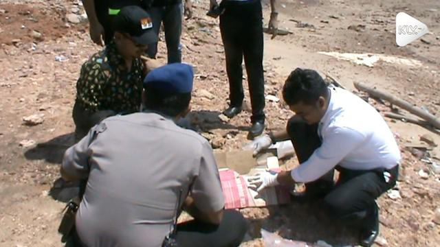 Polisi menemukan jasad bayi tanpa kepala pada bibir pantai di Batam, Riau. Bayi diduga berjenis kelamin laki-laki.