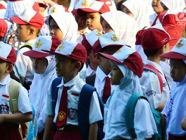 Seorang siswi menguap saat di halaman sekolah SDN 03, Pesanggrahan, Jakarta Selatan, Senin (16/7). Hari ini merupakan hari pertama masuk sekolah bagi para siswa dari jenjang TK hingga SMA untuk tahun ajaran 2018-2019. (Merdeka.com/Arie Basuki)