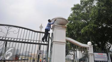 Pegawai pemerintah Provinsi DKI mengecat pagar Monumen Nasional (Monas) di Jakarta, Selasa(10/11). Pengecetan pagar Monas dilaksanakan dalam rangka memperingati Hari Pahlawan yang jatuh pada tanggal 10 November. (Liputan6.com/Gempur M Surya)