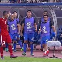 Abduh Lestaluhu memperlihatkan kemarahannya dengan menendang bole ke bench Thailand saat leg kedua final Piala AFF 2016. Netizen bangga! (Istimewa)