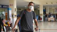 Leo Lelis ketika tiba di Banda Aceh, Sabtu (5/6/2021). Bek asal Brasil ini menggantikan posisi Adam Mitter yang pilih pindah ke Persita Tangerang. (Bola.com/Gatot Susetyo)