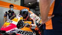 Pol Espargaro tampak mencoba posisi riding style di atas motor Honda RC213V pada hari pertama tes pramusim MotoGP 2021 di Sirkuit Losail, Qatar, Sabtu (07/03/2021). (Foto: motogp.hondaracingcorporation.com/)