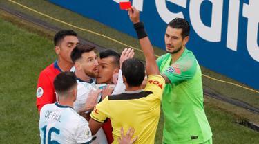 Wasit Mario Diaz memberi kartu merah kepada penyerang Argentina, Lionel Messi dan gelandang Chile Gary Medel selama pertandingan perebutan posisi ketiga Copa America 2019 di Arena Corinthians di Sao Paulo, Brasil (6/7/2019). Argentina menang tipis atas Chile 2-1. (AP Photo/Nelson Antoine)