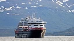 Kapal pesiar MS Roald Amundsen tiba di Tromsoe, Norwegia utara, 3 Juli 2019. Kapal ini memakai empat mesin dan dua unit baterai besar, dengan pemakaian baterai sepenuhnya selama 45-60 menit. (Rune Stoltz Bertinussen / NTB scanpix via AP)