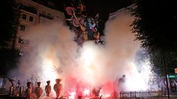 Boneka dan patung dibakar selama festival tradisional Fallas di Valencia, Spanyol, Selasa (19/3). Selama Fallas biasanya dipamerkan beragam monumen satir bertemakan sesuatu yang tengah kontroversial di masyarakat. (AP/Alberto Saiz)