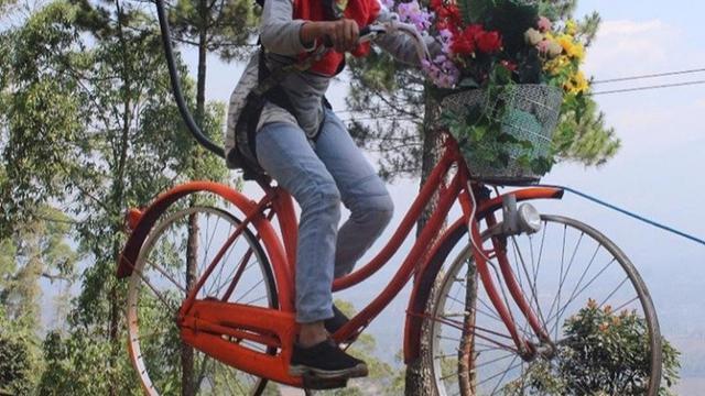 Sepeda terbang, salah satu permainan alam terbuka yang disuguhkan kawasan wisata Kamojang Ecopark
