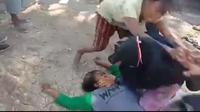 Foto: Seorang ibu warga Besipae pingsan akibat dianiaya aparat Sat Pol PP NTT (Liputan6.com/Ola Keda)