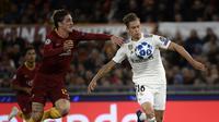 Pemain muda Real Madrid, Marcos Llorente (kanan) tampil gemilang saat duel lawan AS Roma di Liga Champions, Selasa (27/11). (AFP/Filippo Monteforte)