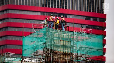 Pekerja melakukan pembangunan proyek LRT Kuningan di Jakarta, Sabtu (1/12). Badan Pusat Statistik mencatat sebanyak 70,49 juta orang (56,84 persen) bekerja pada kegiatan informal selama setahun terakhir. (Liputan6.com/Faizal Fanani)